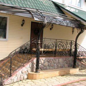 Дизайн крыльца частного дома с навесом