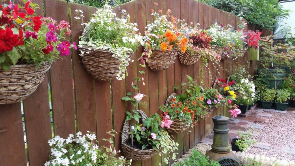 как украсить деревянный забор на даче своими руками