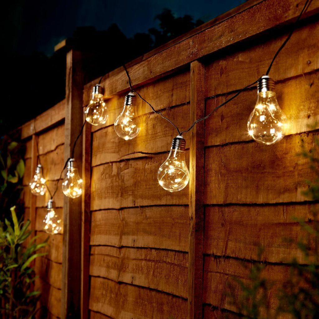 светильники и гирлянды на заборе