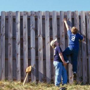 какой высоты должен быть забор между соседями