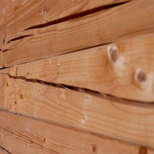 Почему трещит потолок в деревянном доме и стены снаружи покрываются трещинами