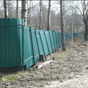 Как поднять забор покосившийся после зимы